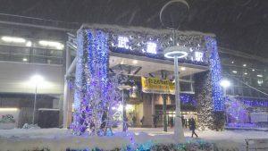 雪中のイルミネーション